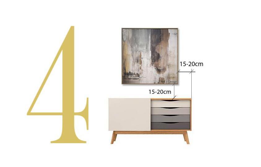 bútor fölött 15-20 cm-re akasszuk fel a képeket a falra vagy támasszuk közvetlenül a bútorra